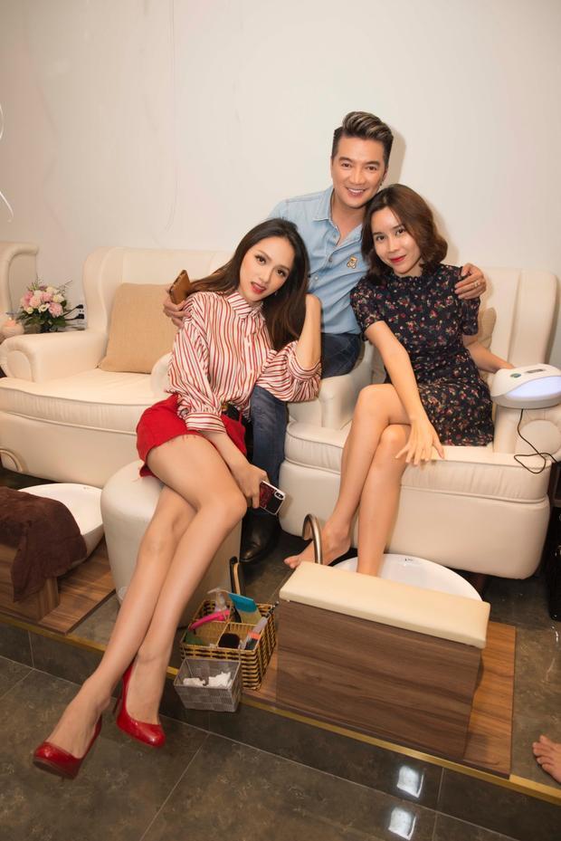 Hương Giang vô cùng cảm kích khi hai người anh, người chị thân thiết dù bận rộn vẫn dành thời gian đến chúc mừng cô.