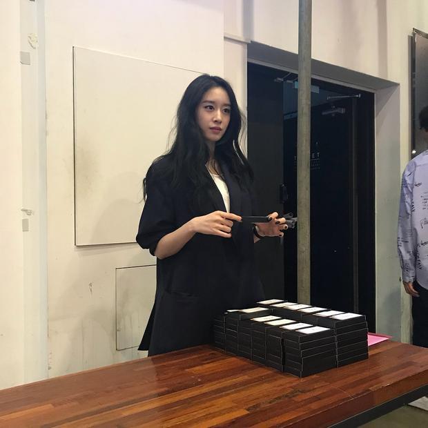 Và thông tin Jiyeon sẽ tới Việt Nam để hợp tác với một nghệ sĩ Việt đang được lan truyền với tốc độ chóng mặt.