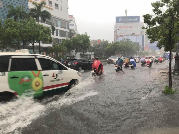 Nhiều tuyến đường ở quận Tân Bình, Gò Vấp, Phú Nhuận… ngập trong biển nước khiến giao thông bị ảnh hưởng. Ảnh: Vietnamnet.