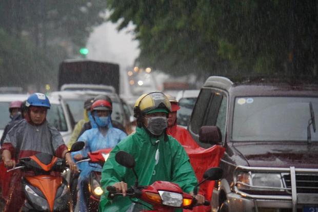 Ùn tắc sau mưa lớn. Ảnh: Vietnamnet.
