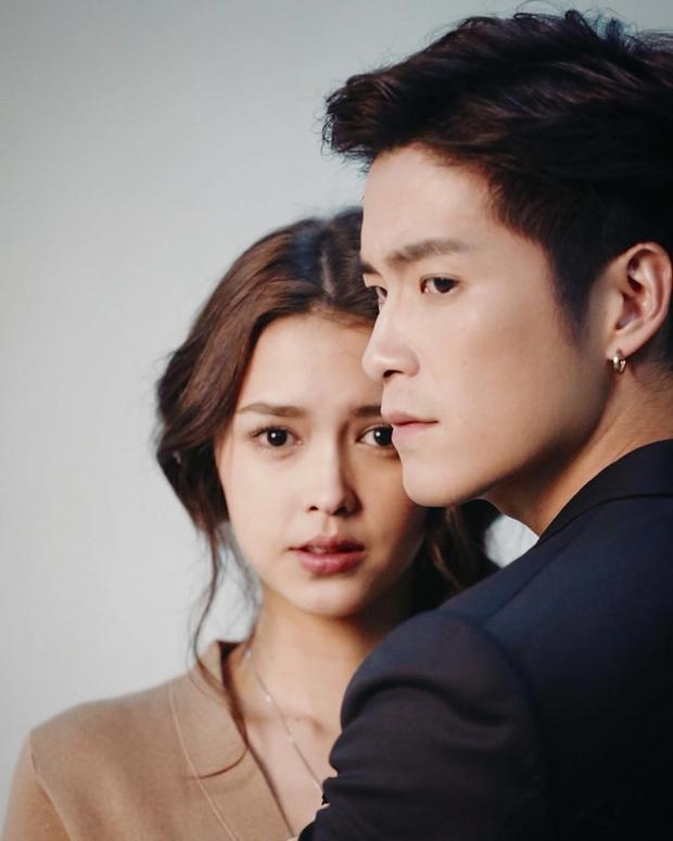 """Alek và Patricia bén duyên lần đầu trong """"Nee Ruk Nai Krong Fai""""."""
