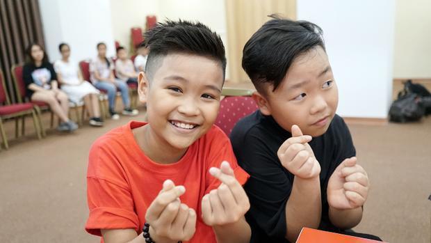 Hai thí sinh The Voice Kids mùa cũ cùng tạo dáng nhắng nhít trong dịp hội ngộ bất ngờ.
