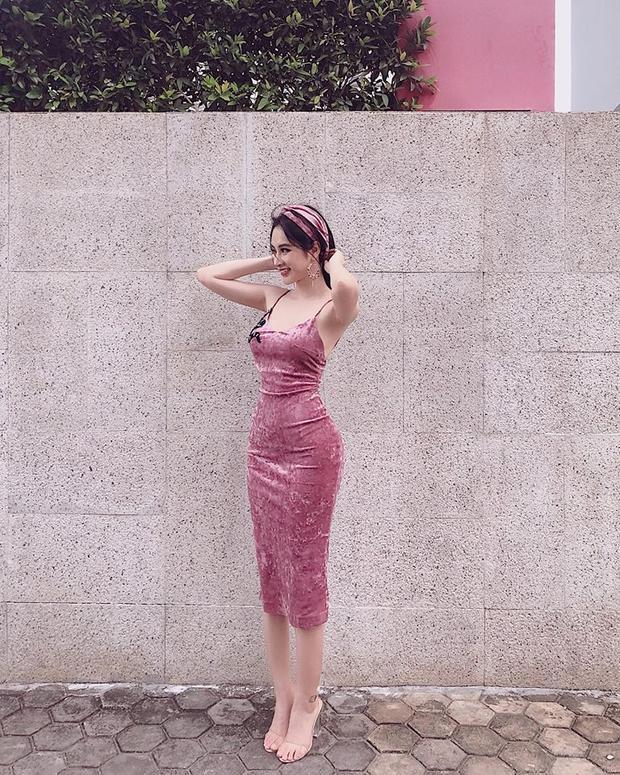 Sở hữu thân hình khá lý tưởng với vóc dáng cao ráo, đường cong gợi cảm và đặc biệt là vòng 3 đẫy đà… vì vậy trong mỗi sự kiện, Angela Phương Trinh đều tìm cách khoe triệt để vòng 3 nóng bỏng của mình. Nhiều trang phục của người đẹp khiến nhiều người phải đỏ mặt khi đối diện.