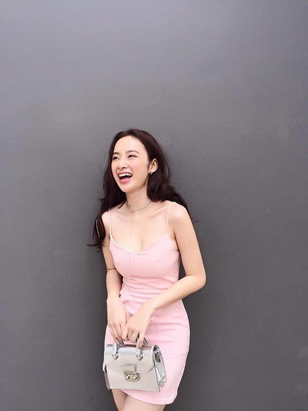 """Váy 2 dây, chính là """"vũ khí"""" lợi hại của phái đẹp, tất nhiên Angela Phương Trinh cũng không ngoại lệ. Cô chọn gam hồng nữ tính, điệu đà và không bao giờ lỗi mốt."""