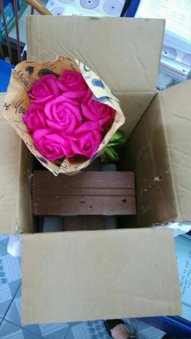 Thực tế thì, ngoài 2 viên gạch, bố của Duyên còn gửi tặng mẹ Duyên một bó hoa nhỏ xinh như thế này.