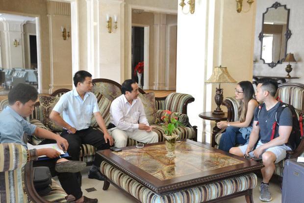 2 vợ chồng anh chị Helena Phan Nguyen và Tony Nguyen (phải) trình bày sự việc với Thanh tra Sở Du lịch tỉnh Thừa Thiên Huế.