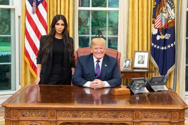 Kim Kardashian xuất hiện tại Nhà Trắng do kênh tin NBC ghi lại.Truyền thông đã cật lực tụng ngợi phong cách thời trang của Kim Kardashian. Lần này là bởi vì sự kết hợp giữa chính trị và thời trang đồng thời khiến cho hình ảnh của cô nàng có phần quyền lực và đẹp hơn trong lòng của fan hâm mộ.