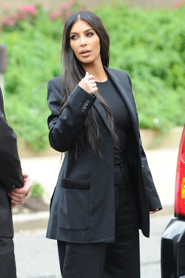 Trong dịp đặc biệt quan trọng thế này, Kim Kardashian đã lựa chọn trang phục suit phom rộng, dáng suông màu đen của thương hiệu Vetements; kết hợp cùng áo đen trơn ôm sát và quần dáng suông ống loe ton-sur-ton.