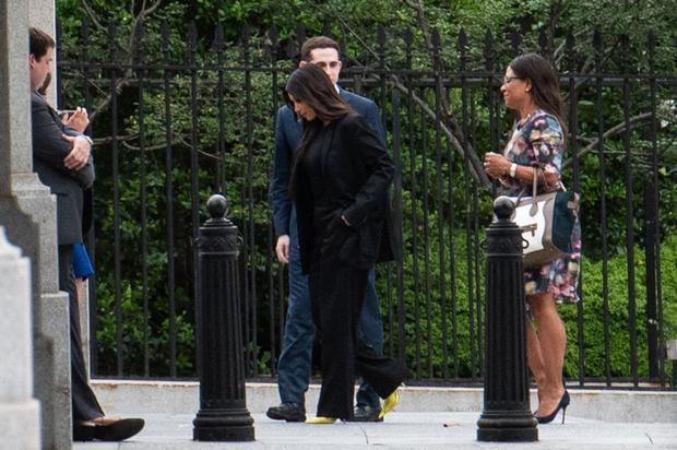 Để trở nên nổi bật hơn, Kim khôn khéo kết hợp với một đôi giày cao gót có tông màu vàng neon rực rỡ. Nhiều lời đồn đoán cho rằng, đôi giày cao gót này là thiết kế mới nhất của Kanye West cho dòng sản phẩm giày nữ của thương hiệu Yeezy.