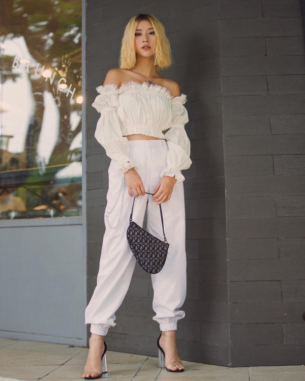 """Set đồ tông trắng với áo bèo xòe bồng nhẹ nhàng cùng quần ống túm là cách để Quỳnh Anh Shyn trở nên """"tỏa sáng"""" khi xuống phố."""