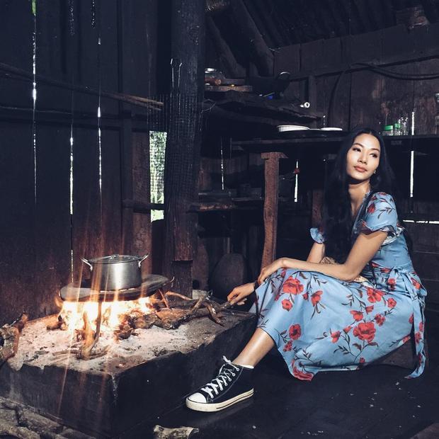 Hoàng Thùy khoe vẻ dịu dàng, nữ tính cùng váy hoa phủ chấm gót.Tuy vậy cô nàng vẫn không quên tạo ra chút năng động, cá tính bằng đôi giày sneaker.