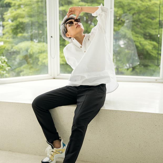 """Áo sơ-mi trắng phom rộng phối cùng quần tây là cách để Vũ Cát Tường trở nên nổi bật. Cô nàng còn tăng điểm thời thượng với đôi giày """"ông già"""" của Louis Vuitton."""