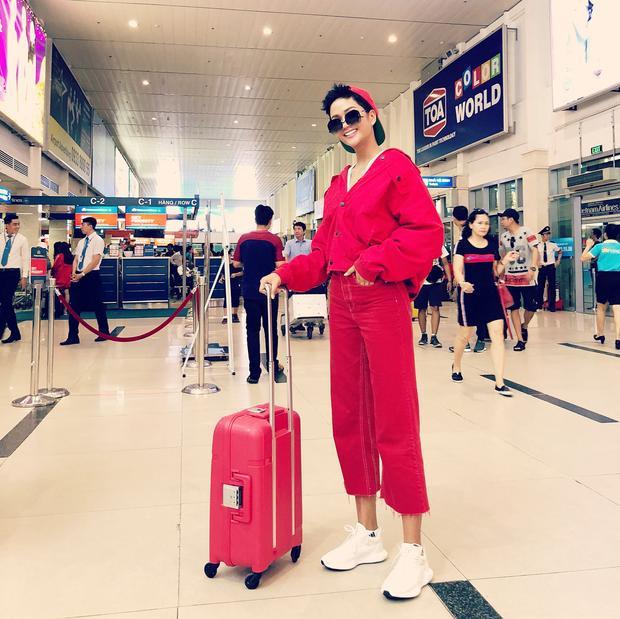 H'Hen Niê thu hút sự chú ý khi xuất hiện tại sân bay với cả cây đỏ cùng mũ lưỡi trai đội ngược. Hình ảnh này của nàng hậu khiến nhiều người tưởng lầm rằng đây là một cậu bé nào đó chứ chẳng phải Hoa hậu Hoàn vũ Việt Nam.