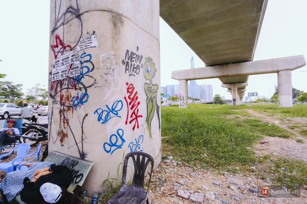 Những hình thù kỳ dị tại trụ Metro gần góc đường Thảo Điền - Xa Lộ Hà Nội.
