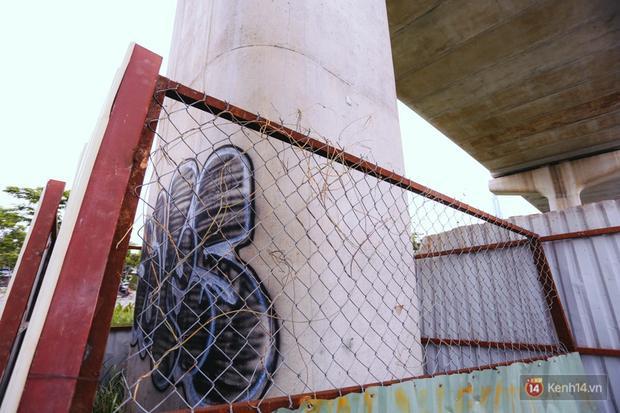 Các trụ được hàng rào bảo vệ sau khi bị bôi bẩn.