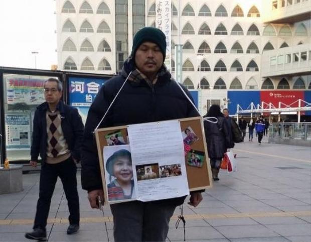 Cha của bé Nhật Linh xin chữ ký tại ga Kashiwa, Chiba, Nhật Bản.