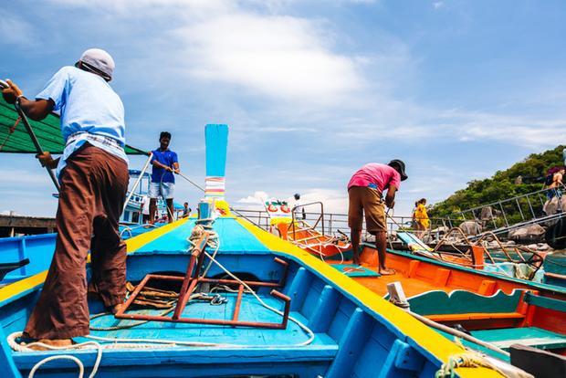 Vì nằm trên đường đến Koh Tao, hòn đảo nổi tiếng là một trong những điểm lặn bình khí đẹp nhất Thái Lan nên hầu hết du khách chọn nghỉ đêm ở Koh Tao rồi dành ra một ngày để đến Koh Nang Yuan chơi. Hoặc bạn cũng có thể mua vé tàu từ các công ty du lịch ngay khi bước xuống sân bay Surat Thani.