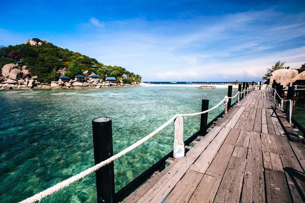 Khi xuống tàu tại bến Koh Nang Yuan, bạn phải trả khoảng phí 100 baht/người (khoảng 70.000 đồng) để lên đảo. Ngoài ra tất cả vật dụng bằng nhựa, bao nylon… những thứ có thể ảnh hưởng đến môi trường biển đều không được mang lên đảo.