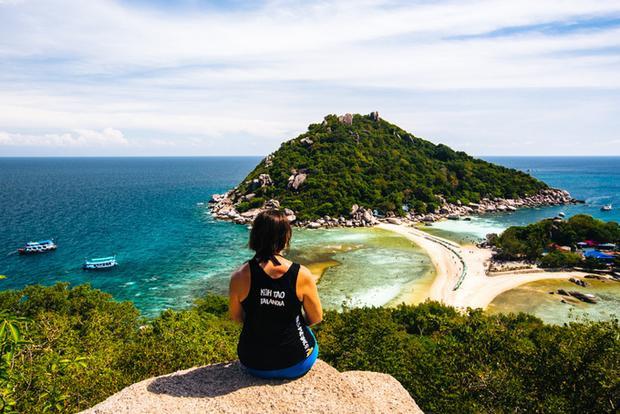 Một trong những hoạt động ưa thích nhất của du khách khi đến đây là leo lên đỉnh View Point đối diện ngắm toàn cảnh Koh Nang Yuan bên dưới. Cảm giác chinh phục những bậc thang hẹp, cao để nhìn đại dương bao la phía trước sẽ khiến bạn hứng khởi.