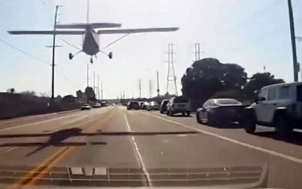 Chiếc máy bay cố gắng tránh ô tô và dây điện trên đường.