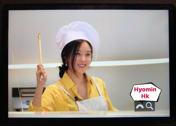 Để có được bữa tiệc hôm nay, Hyomin đã dành trọn một ngày để nấu thức cho fan. Dù khá mệt nhưng cô nàng chia sẻ do được gặp các nên cô cảm thấy rất vui.