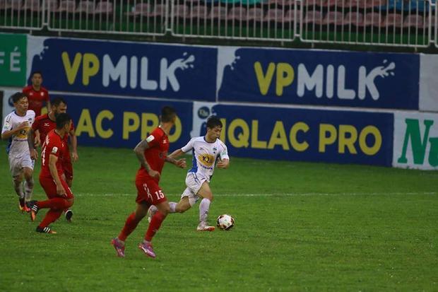 Công Phượng có bàn thắng thứ 2 cho đội chủ nhà.