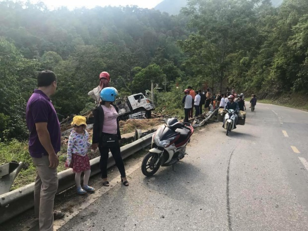 Nhiều người dân đi đường dừng trên vỉa hè quan sát vụ tai nạn tại đèo Tà Cơn, huyện Tuần giáo, tỉnh Điện Biên
