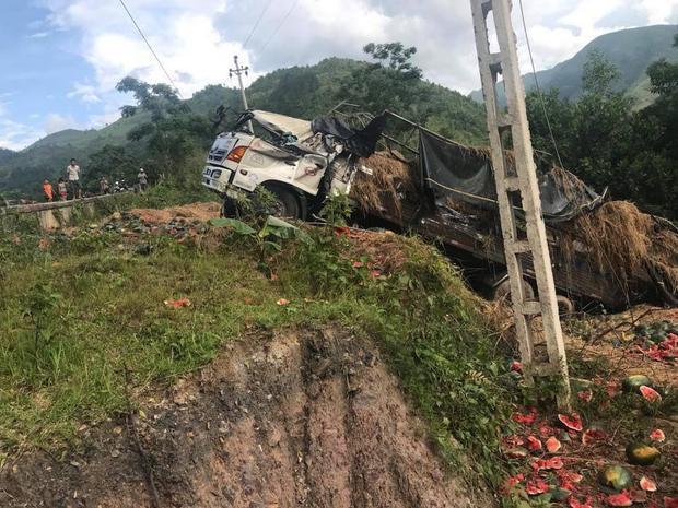 Vụ tai nạn đã khiến xe tải bị biến dạng và hư hỏng nặng