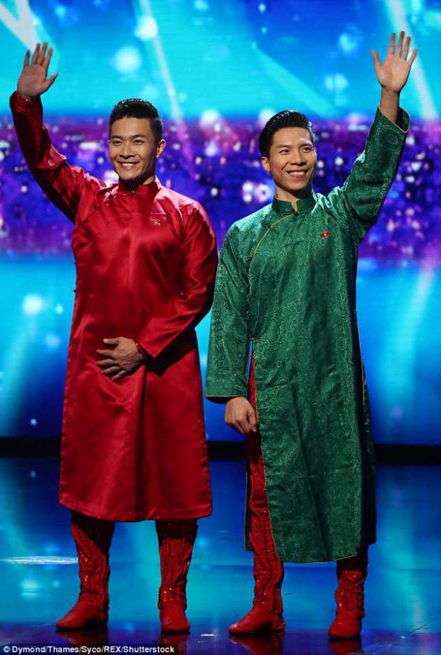 Trừ những lúc biểu diễn, họ luôn xuất hiện trên sân khấu với hình ảnh chỉn chu và luôn mang một lá quốc kỳ bên ngực trái.