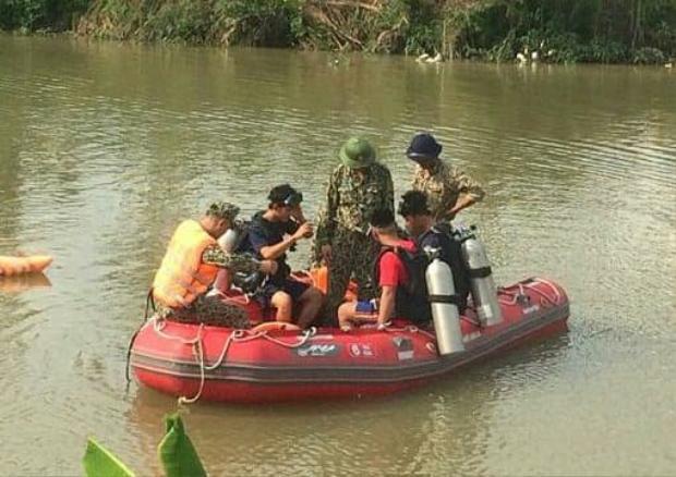 Lực lượng chức năng tìm kiếm nạn nhân. Ảnh: báo Giao Thông.