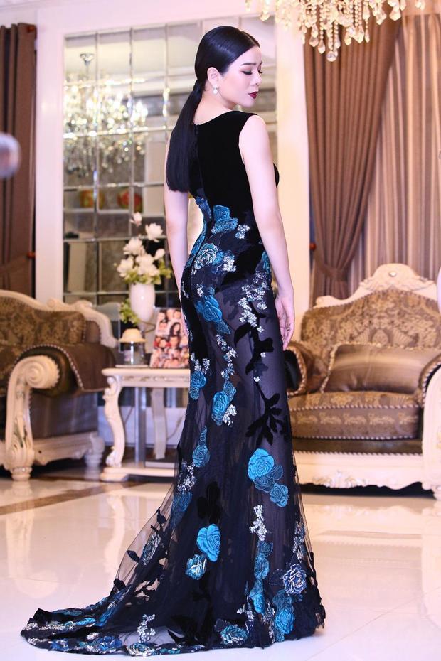 """Bên cạnh đó, thần thái sắc sảo mặn mà của Lệ Quyên cũng góp phần tôn vinh những thiết kế của Hoàng Hải. Vừa qua, Hoàng Hải cũng mang những """"đứa con tinh thần"""" của mình đến thành phố Cannes - Pháp xinh đẹp. Những thiết kế tuyệt vời nhất của anh được thăng hoa cùng những người đẹp được yêu mến. Trong đó phải kể đến Hoa hậu Hoàn vũ 2007 Riyo Mori, Hoa hậu Mỹ Linh, Lý Nhã Kỳ, Nhã Phương, Á hậu Thanh Tú, Trương Thị May, Đinh Hiền Anh,…"""