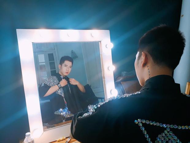 Chàng trai lấp lánh nhất tập 3 The Voice gây chú ý vì chiếc áo đính 1000 viên đá
