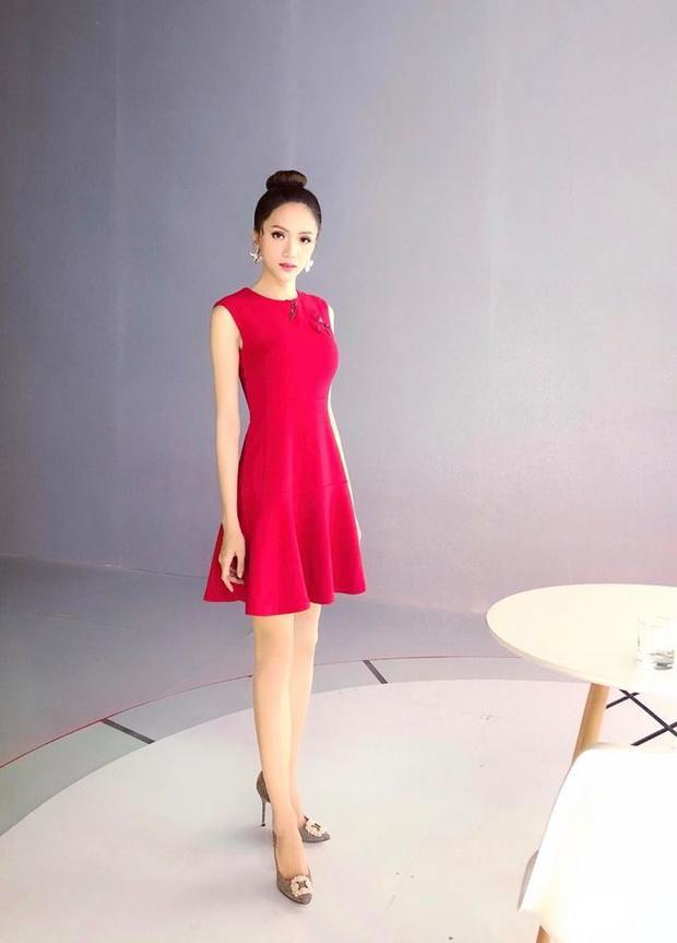 Hương Giang liên tục thay đổi trang phục để làm nên phong cách đa dạng. Nhưng cô nhất quyết trung thành với kiểu khoe chân dài trong những chiếc đầm chữ A nữ tính.