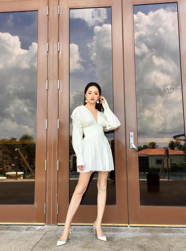 Trong những hoạt động thường ngày, Hương Giang ưu tiên chọn những thiết kế khoe đôi chân trần vừa tạo cảm giác thoải mái trong những hoạt động vừa tôn lên được hình thể mảnh mai của người đẹp.