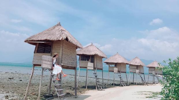 Đảo Điệp Sơn vẫn còn rất hoang sơ với khoảng trên 80 hộ dân sống chủ yếu bằng nghề chài lưới. Do đó không có nhiều dịch vụ nhà nghỉ hay khách sạn tại đây. Đến đây, bạn có thể lựa chọn ở lều, chòi với mức giá từ 200.000 - 400.000 đồng/ ngày hoặc mang theo lều, trại để cắm ở quanh khu vực bãi biển.