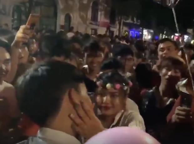 Màn tỏ tình gây sốt ở phố đi bộ: Chàng trai quỳ gối thổ lộ lòng mình khiến bạn gái rưng rưng