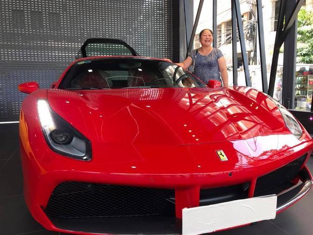 Tháng 9/2017, cựu HLV The Voice cũng trở thành tâm điểm khi khoe siêu xe Ferrari 16 tỷ mới tậu trên trang cá nhân.
