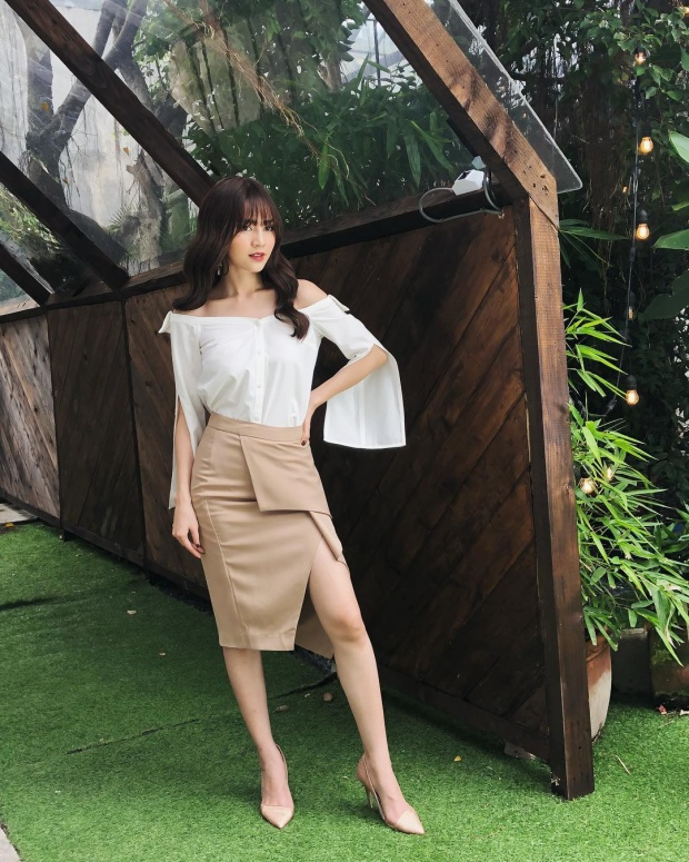 Chẳng cần đầm dài như những mỹ nhân khác, Ninh Dương Lan Ngọc vẫn tiến thẳng vào top sao đẹp khi xuống phố với combo chân váy ngắn cùng áo sơ-mi trắng tay xẻ.