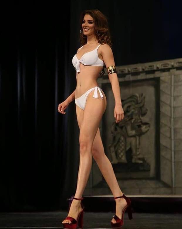 """Tuy nhiên H'Hen Niê nên cẩn trọng đối thủ đáng gờm này bởi ngoài kỹ năng """"đầy mình"""" cô còn sở hữu phong thái chuyên nghiệp. Xét về yếu tố ngoại hình, tân Hoa hậu Mexico hiển nhiên là thí sinh có hình thể tốt nhất dàn thí sinh Miss Universe 2018 tính tới thời điểm hiện tại. Ngoài ra cô gây ấn tượng với trình độ tiếng Anh lưu loát, về khoản này H'Hen Niê đang gặp bất lợi hơn so với đối thủ."""