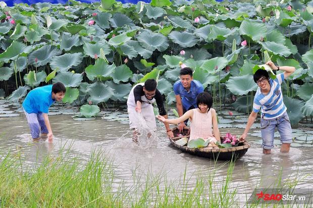 Nước trong đầm sen khá nông nên các bạn trẻ có thể lội hẳn xuống để nô đùa.