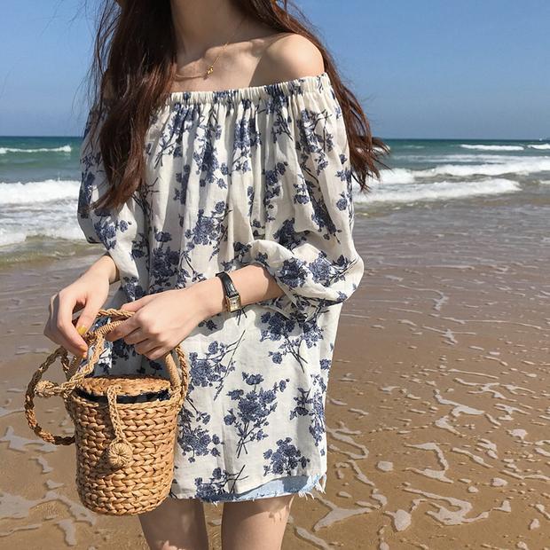 Để mặc váy rộng mà không bị nhàm chán, bạn nhớ lựa chọn chi tiết hoa văn đặc sắc khiến váy nổi bật hơn.