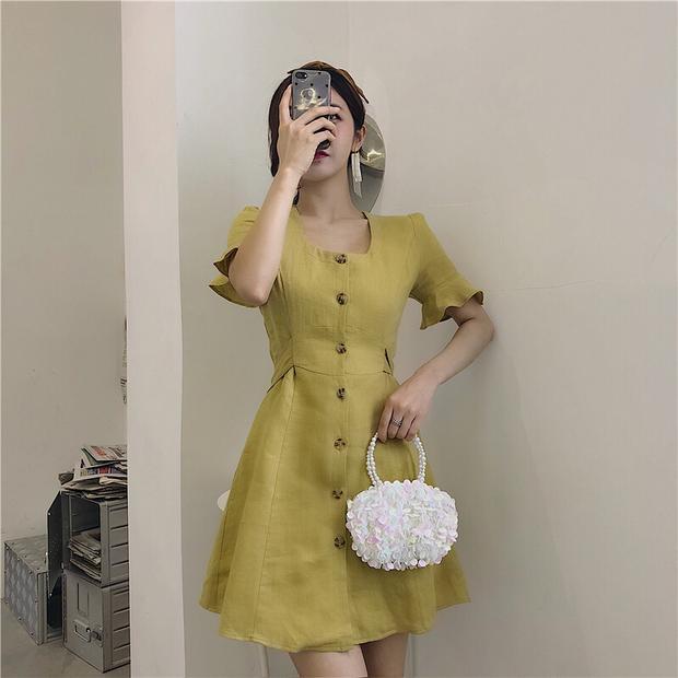 Chiếc váy này vô cùng dễ mặc, dễ phối với nhiều phụ kiện khác nhau.
