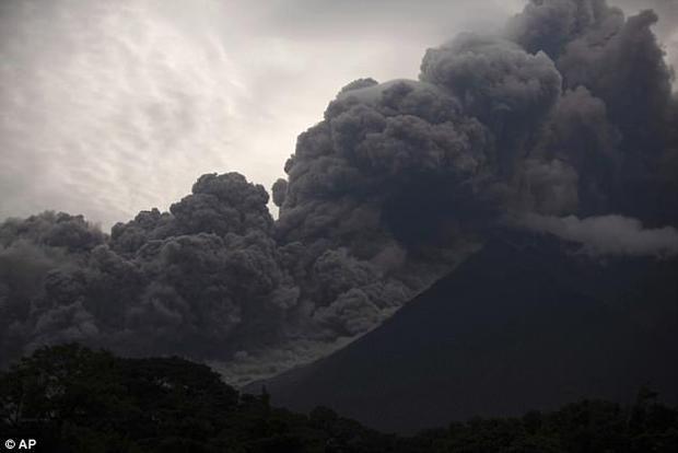 Núi lửa phun trào tạo ra cột tro bụi cao tới 9,6 km, ảnh hưởng nghiêm trọng tới cuộc sống của người dân. Ảnh AP