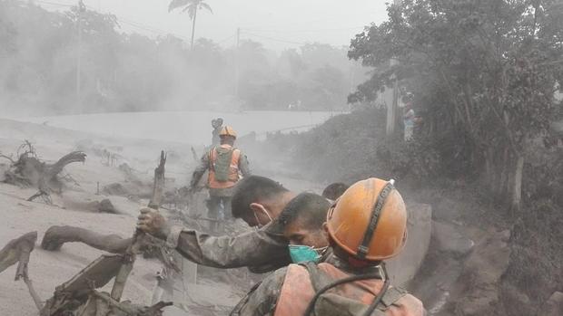 Ngôi làng Rodeo hoàn toàn bị chôn vùi bởi dung nham núi lửa và khói bụi. Ảnh Twitter
