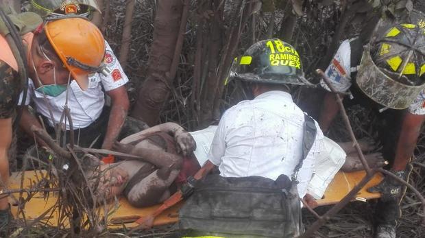 Trong số những người tử vong, có 4 nạn nhân được xác định thiệt mạng khi dung nham nuốt chửng một ngôi nhà. Hai trẻ em bị tử nạn khi đứng trên một cây cầu xem núi lửa phun trào.Ảnh Twitter