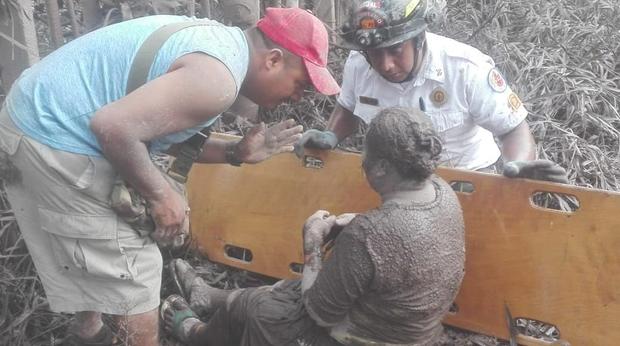 """Nhân viên cứu hộ đang giúp đỡ một người phụ nữ bị khói bụi che phủ trong trận núi lửa phun trào. """"Không phải ai cũng chạy thoát, tôi nghĩ nhiều người đã bị dung nham chôn vùi"""",Consuelo Hernandez, một người phụ nữ may mắn thoát chết trong gang tấc khi dung nham tràn qua cánh đồng ngô, nơi cô đang làm việc lúc đó.Ảnh Twitter"""