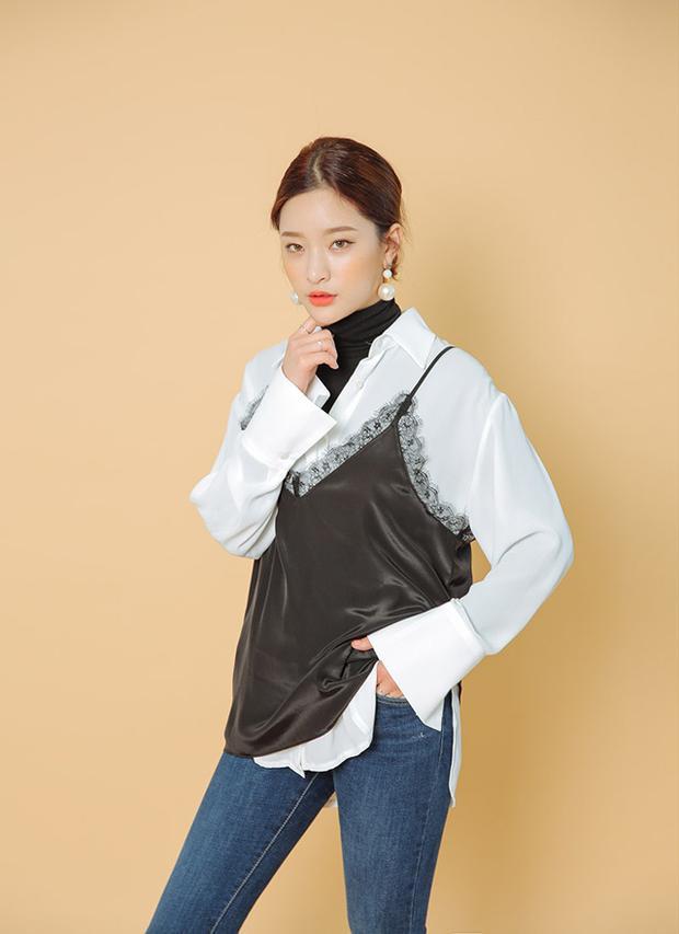 Áo hai dây lụa phối ren hoàn toàn có thể diện đến công sở nếu bạn biết khéo léo biến tấu cùng sơ mi và khăn choàng thế này đây.
