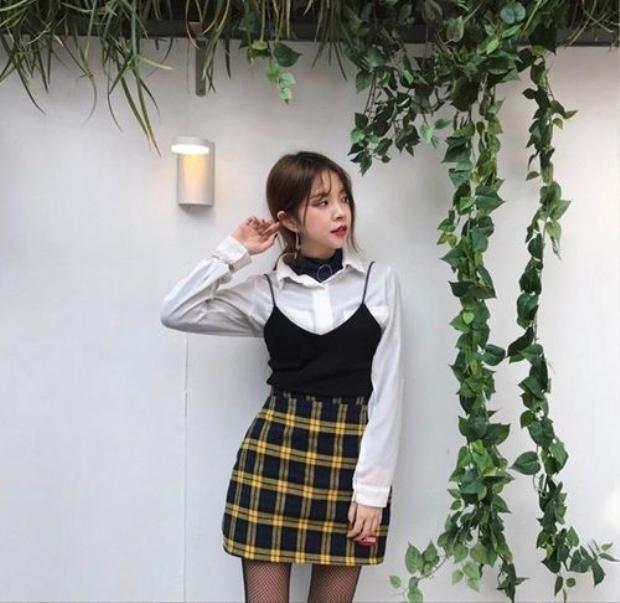 Những cô nàng sinh viên trẻ trung thì hãy thử làm mới trang phục đến trường cùng váy sọc vàng phối với sơ mi và áo hay dây xem sao nhé. Đảm bảo nhiều ánh mắt không thể rời khỏi bạn luôn cho mà xem.