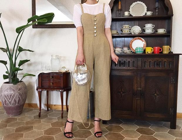 Nếu chán mặc váy, bạn cũng có thể kết hợp với jumsuit hai dây cùng áo phông nha. Combo này cũng cho ta một vẻ ngoài hay ho phết ấy.
