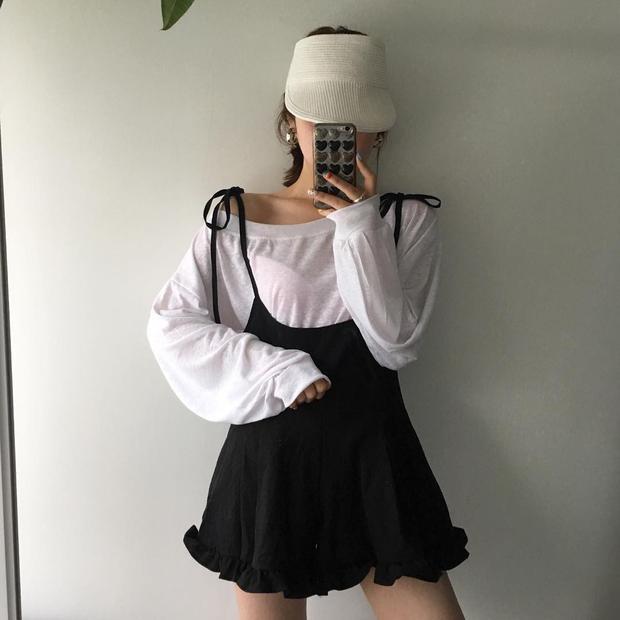 Bạn cùng có thể thử phối với áo phông trắng tay dài thế này bên trong cùng đầm babydoll theo style giấu quần sẽ tạo ra bộ cánh không hở mà vẫn sexy vừa đủ dùng nha.